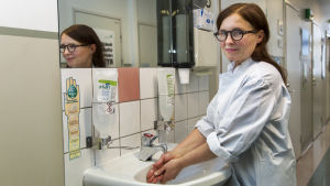 Professor Anu Kantele tvättar händerna.