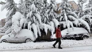 Man promenerar i snö norrom Thessaloniki i Grekland.