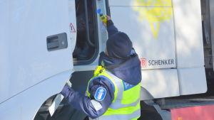 Polisen sträcker fram en alkoholmätare åt en lastbilschaufför.