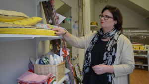 Sofia Ulfstedt ser på varor i Butikken