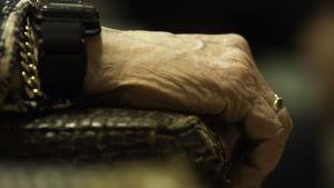 En gammal kvinnas hand