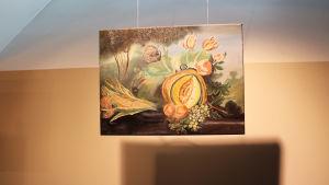 Jenna Hietanens oljemålning utställd på Luckan i samband med utställningen Art is there