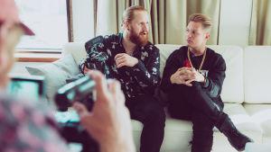 YleX:n Tommi Manninen haastattelee Cheekiä sohvalla.