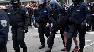 Polisen tar hand om en högerextremist i Chemnitz den 1 september.