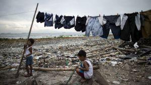 Barn på en strand i Manila.