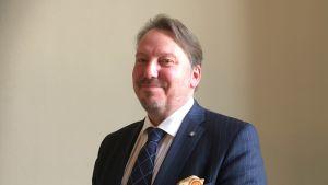 Bild på riksdagsledamot Mats Nylund (SFP) i rikssalen.