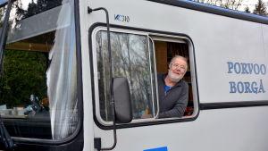 Uffe Johansson tittar ut från bokbussen.