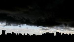 Svarta moln hänger över staden Moskva.