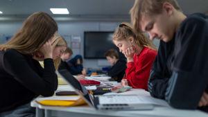 Yhdeksännen luokan oppilaita englannin kielen opetuksen tunnilla (punaisessa paidassa Emmi Piipponen), Riihikallion koulu, Tuusula, 15.1.2019.