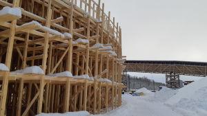 En massa träställningar på järnvägsbron i Karis och i bakgrunden skymtar gångbron i trä.