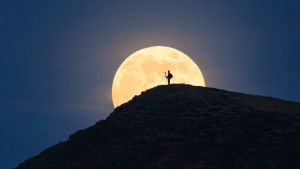 BBC:n dokumentissa selvitetään kuun kiertokulkua kapeasta sirpistä aina täysikuuhun asti.