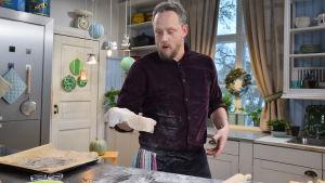 Mies leipoo leipää keittiössä