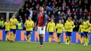 Norska anfallaren Joshua King med det svenska laget i bakgrunden.