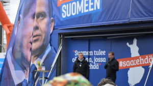 Samlingspartiets valkampanj i Åbo inför riksdagsvalet. Partiordförande Petteri Orpo talar på ett podium.