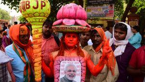 Narendra Modis anhängare i Varanasi har klätt sig som en lotusblomma som är det hindunationalistiska BJP:s symbol