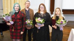 Rosanna Fellman med blombukett, blåa ögonbryn och blått hår. Rosanna vann Arvid Mörne-tävlingen år 2018 med sin diktsvit Störd. Här tillsammans med de övriga pristagarna Axel Vienonen, Emma Kanckos och Ellinore Lindberg.