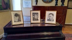 Fotografier står på ett piano. De föreställer bröderna Berthold t.v. och Claus von Stauffenberg t.h.