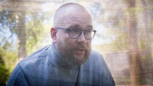 Jukka-Pekka Puro katsoo kameran ohi ja puhuu