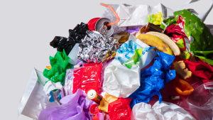 Färgad plast, skräp i en hög.
