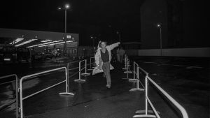 Första personen från Östtyskland kommer över gränsen vid Checkpoint Charlie i november 1989