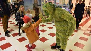 High-fives åt den gröna figuren Kusel från Buu-klubben.