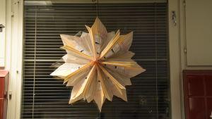 Julstjärna av brödpåsar i fönstret i Karis centralkök.