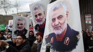 Demonstranter utanför USA:s ambassad  i Istanbul bär på bilder av den mördade iranska generalen Qasem Soleimani