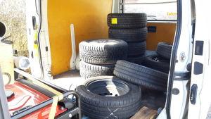 En skåpbil med däck som ska bytas.