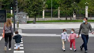Barn på promenad i Madrid 26.4.2020