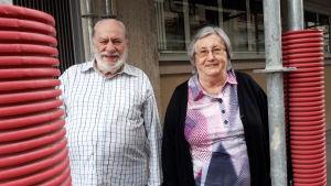 Pensionärerna Alain Jacquet och Jacqueline Minoret bor i Paris.  Många franska pensionärerna räds en dehydreringskris i sommar. Framför Jaquelines och Alains hyreshus finns byggställningar som gör att fönstren inte går att öppna.
