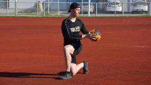 Joel Blomqvist står på knä och tränar styrka med en boll