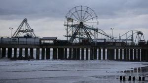 Strand i New York, pariserhjul och pir samt hav.