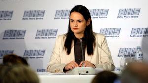 Svetlana Tichanovskaja håller presskonferens.