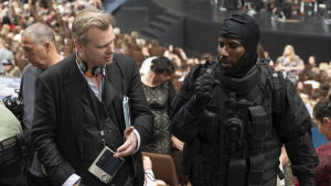 Christopher Nolan regisserar John David Washington i samband med Tenet.
