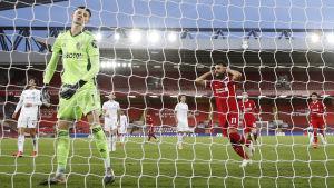 Mo Salah gör mål från straffpunkten.