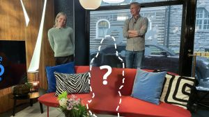 Två personer står bakom en soffa. På soffan är en siluett av en människa med ett ? på.