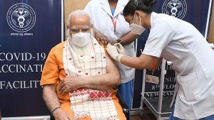 Narendra Modi får coronavaccin