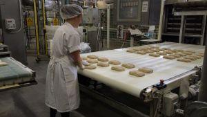 Brödbaket sköts också delvis för hand.