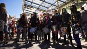 Demonstration på Helsingfors-Vanda flygplats mot utvisningar