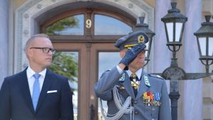 Stadsdirektör Jukka-PEkka Ujula och överste Ahti Kurvinen tar emot förbimarschen i Borgå 11.08.17