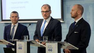 Petteri Orpo, Juha Sipilä och Sampo Terho presenterar budgetförslaget för år 2018.