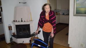 kvinna i hemmiljö med rollator.