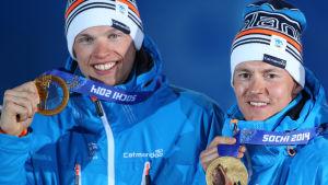 Jauhojärvi och Niskanen med OS-guldmedaljer runt halsen.