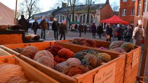 Marknad med garn i förgrunden.
