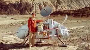 Carl Sagan bredvid Viking-landaren.
