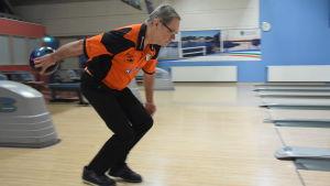 Stefan Friman kastar ett bowlingklot.