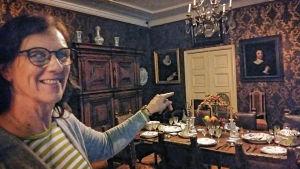 Helena Sandström-Snickars är glad över att barockmatsalen städats ordentligt inför museidagarna.