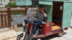 Man kör moped med flake