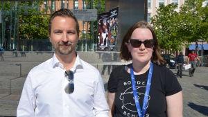 Dan-Ove Stenfors från Svenska Österbottens pälsdjursodlarförening och Madelen Lindqvist från Österbottens Svenska producentförbund på vargdemonstration i Vasa.