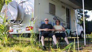 Tommy och Irmeli Wallström utanför sin husbil
